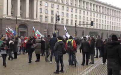 """""""Възраждане"""", таксиджии и майки се оказаха заедно на протест пред Министерския съвет"""